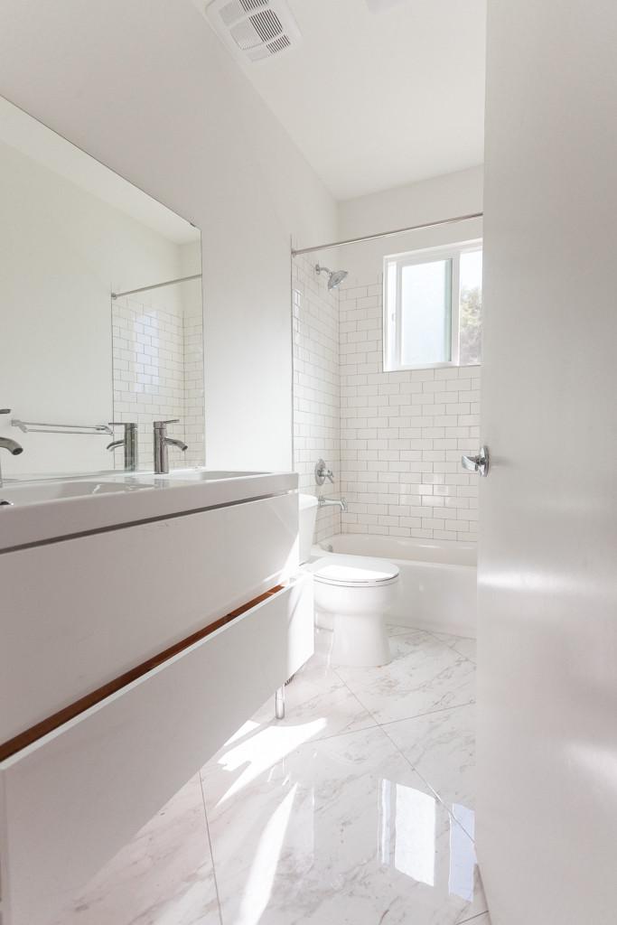420 N Commonwealth bathroom